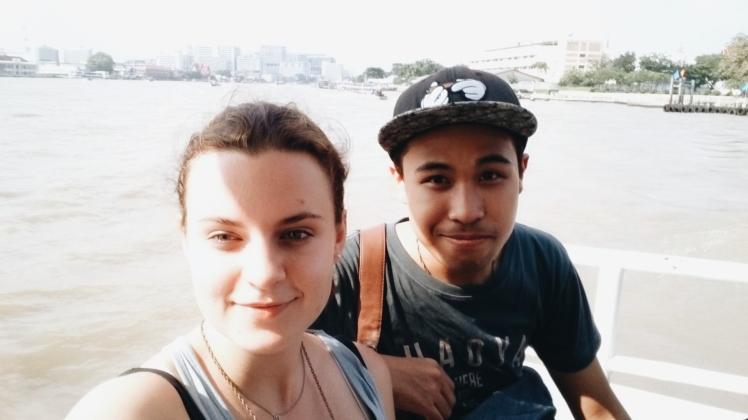 Athi & ich auf einem Boot in Bangkok.